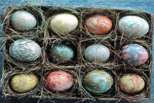 Paskalya Için Peçete Ile Yumurta Boyayın Soğan Kabuğu Içinde
