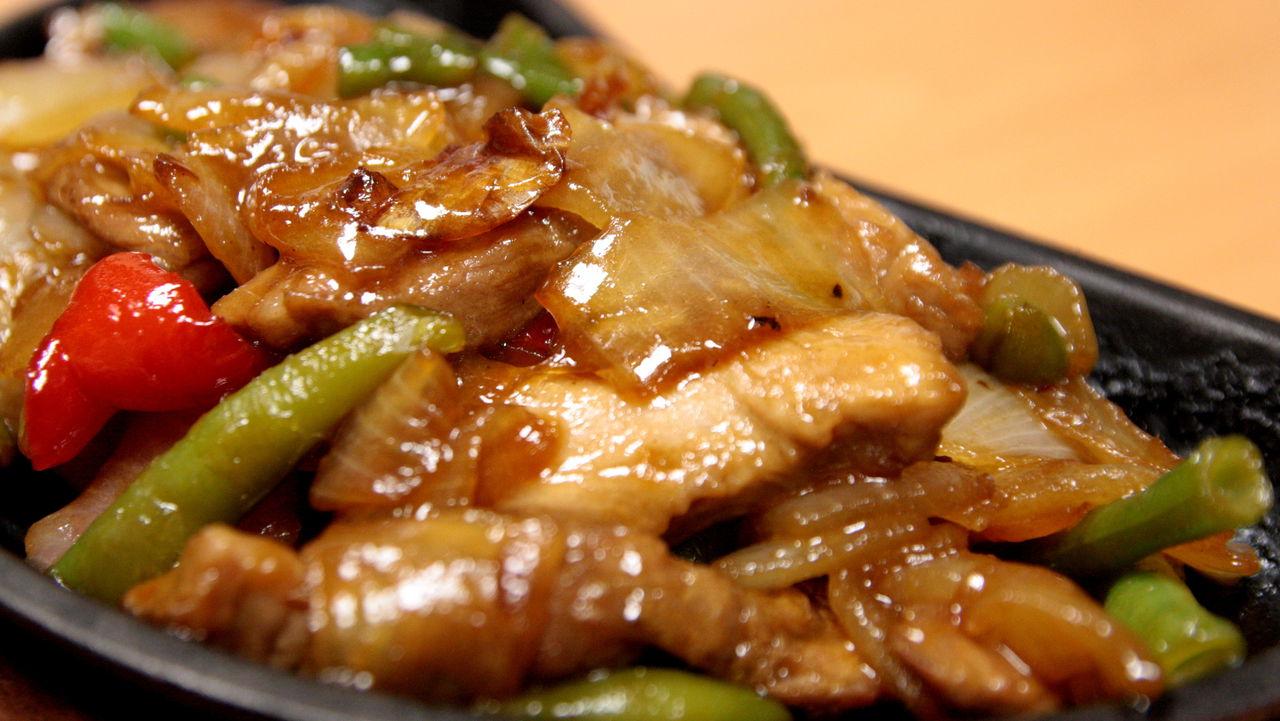 Bal ve hardal sosundaki tavuk bacaklar nasıl pişirilir
