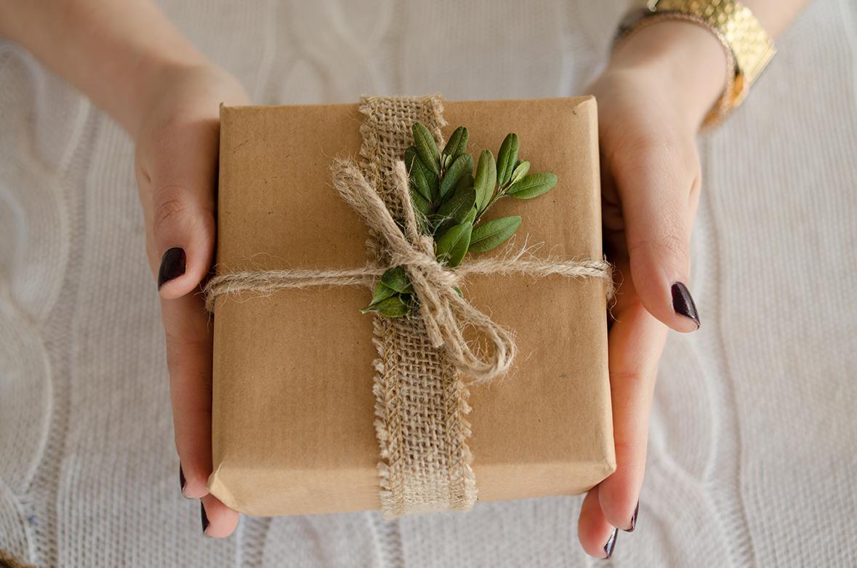 Как красиво упаковать картину как подарок 63